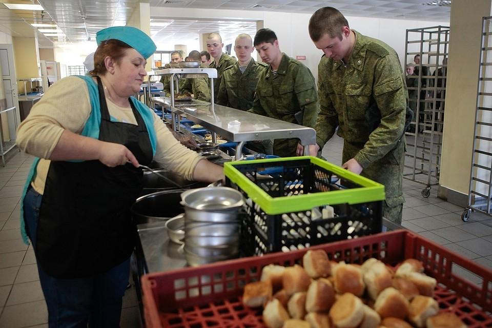 ВПскове двое военных продавали солдатскую еду пивному бару