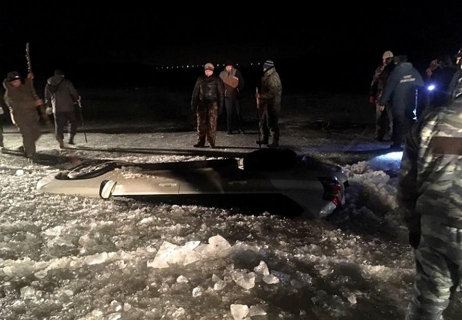 Автомобиль с 2-мя мужчинами стремительно ушел под лед вАстрахани