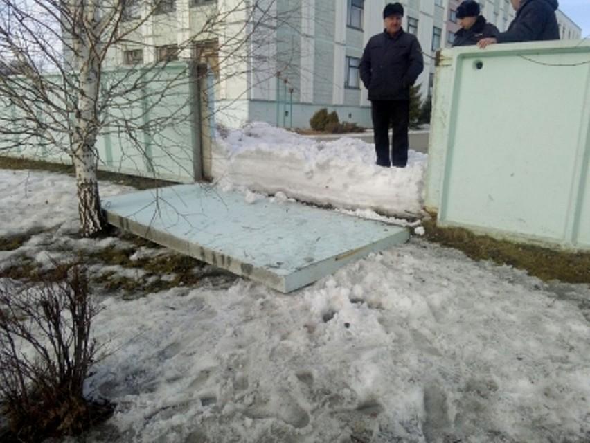 ВБарнауле надевочку упал ученический забор