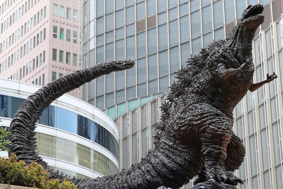 Изкино в действительность: ВТокио возникла трехметровая скульптура Годзиллы