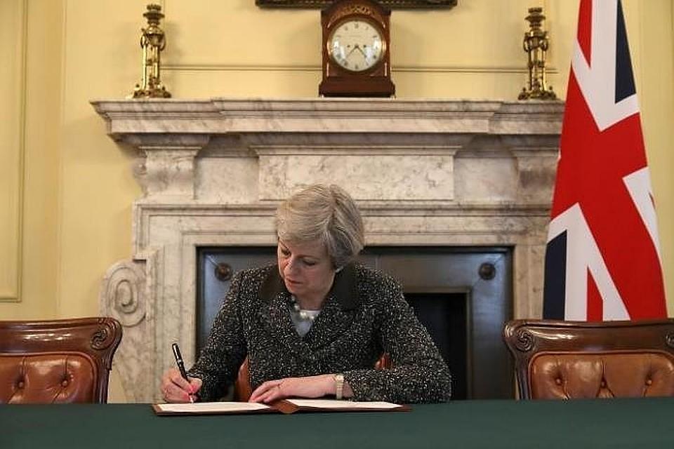 Мэй купила собственный портрет, накотором запечатлён момент подписи документа поBrexit