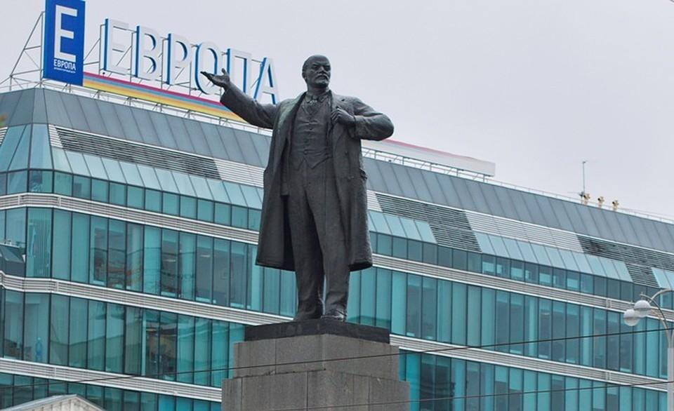 ВЕкатеринбурге вымоют монумент Ленину наплощади 1905 года