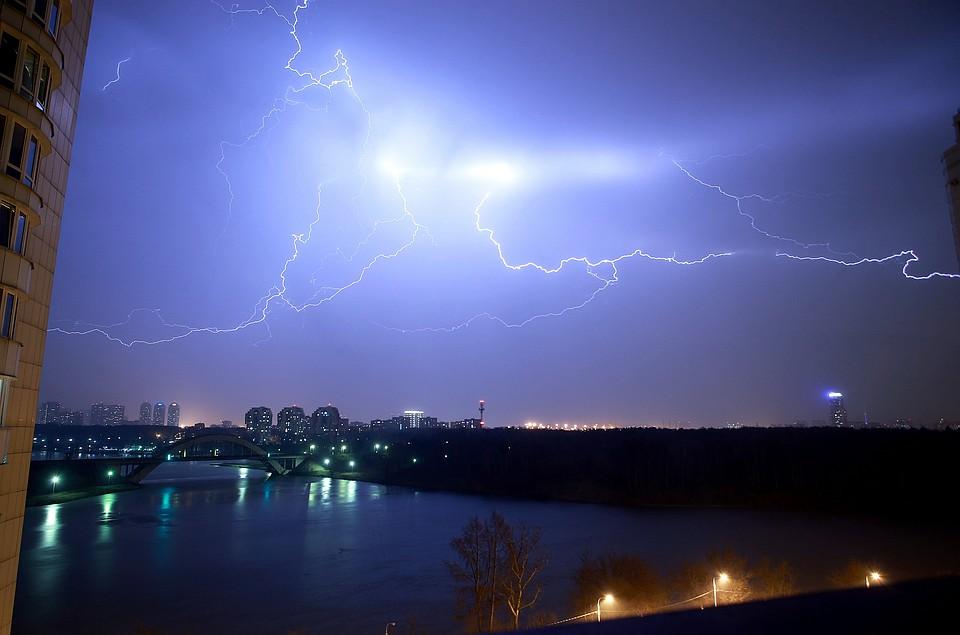 В столице России местные службы вывозят поваленные ураганом деревья