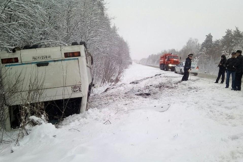 Натрассе вСвердловской области опрокинулся автобус, четверо пострадали