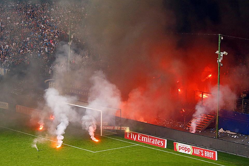 Фанаты «Гамбурга» забросали поле файерами после вылета команды изБундеслиги