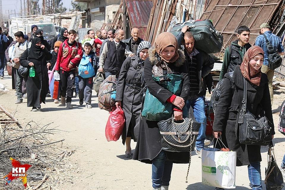 Беженцы излагеря взоне сил коалиции обратились квластям Сирии