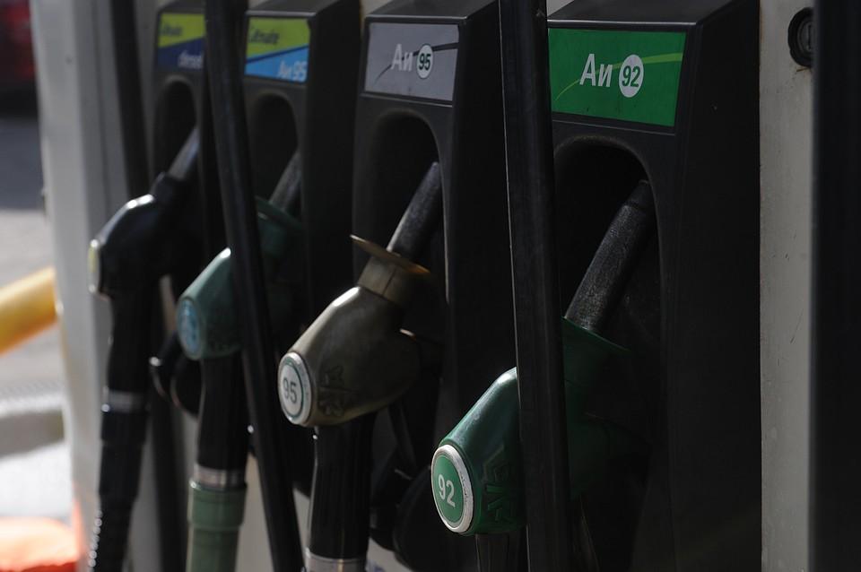 Впервый раз цена литра бензина в РФ перешла за психическую отметку