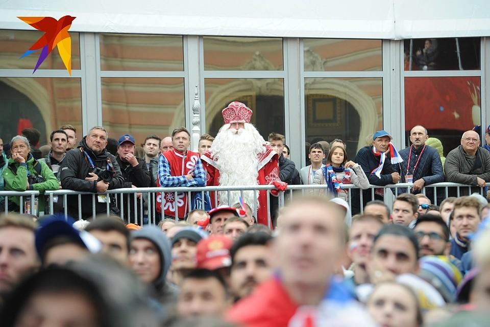 После победы сборной РФ тысячи людей вышли наНевский проспект вПетербурге