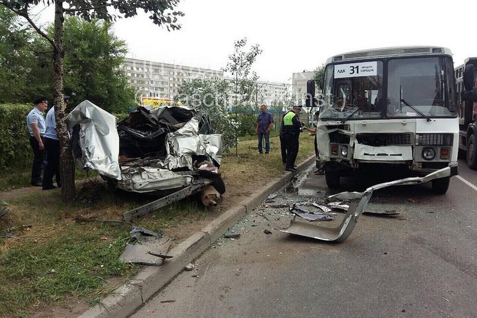 Шофёр Тойоты вылетел через стекло после столкновения смаршруткой вКрасноярске