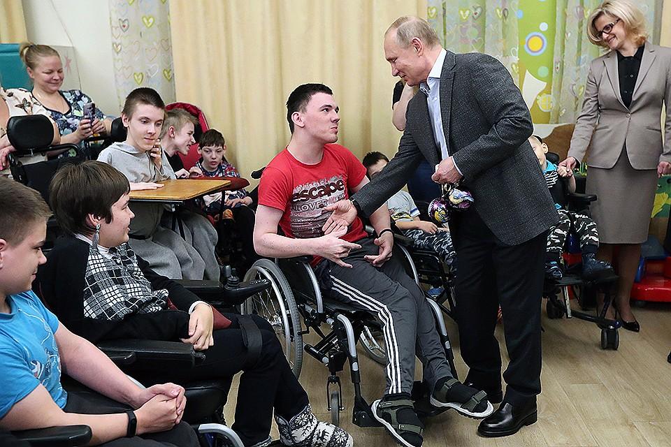 Путин пришел вцерковь сзабинтованным пальцем: стала известна причина