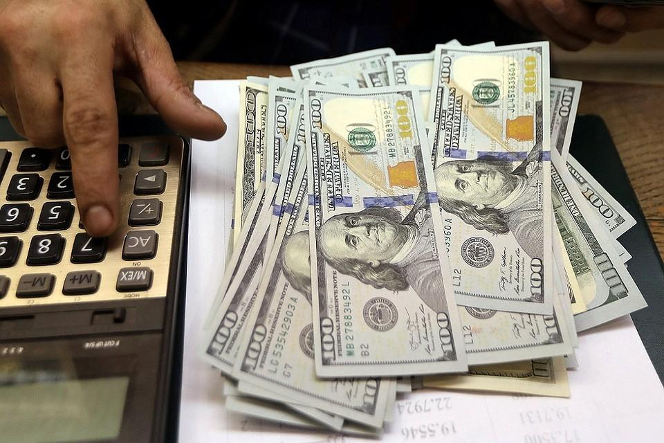Доллар упал ниже 64 рублей впервые с августа