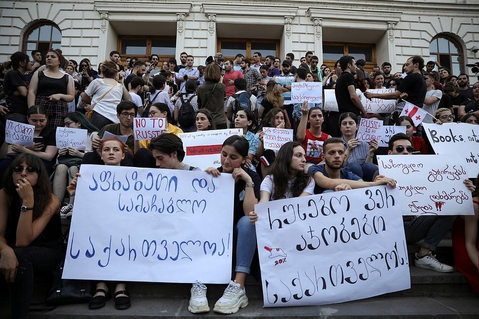 Причиной массовых протестов стали сообщения о том что российский депутат Сергей Гаврилов якобы сел на место спикера парламента Грузии