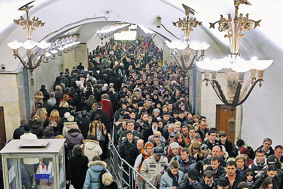 С введением новых проездных городские власти надеются избавить метро хотя бы от очередей к кассам.