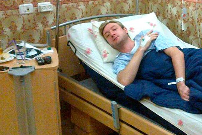 Евгений Плющенко в помещении израильской клиники