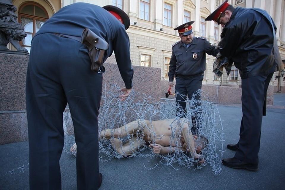 Художник пролежал голым в колючей проволоке двадцать минут, пока не приехала полиция.