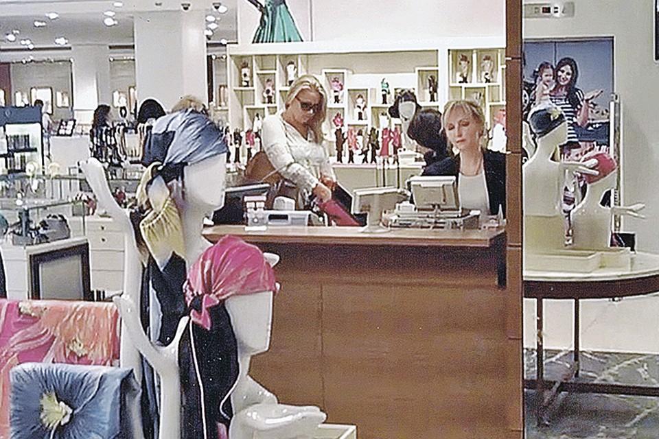 Страсть к дорогим украшениям и одежде у «госпожи» неостыла даже во время домашнего ареста. Снимок сделан в ЦУМе.