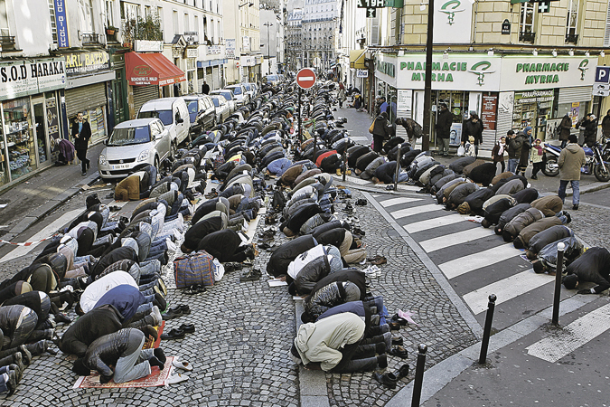 Это не Ближний Восток, это Париж. Каждую пятницу многие улицы французской столицы закрываются, чтобы мигранты из мусульманских стран смогли сотворить традиционный намаз.