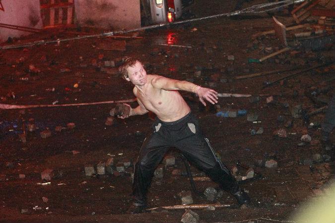 Некоторые из тех, кто сейчас пытается сжечь милиционеров, в камеру хвастают, что они вскоре «пойдут на Россию»