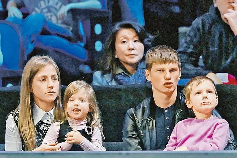 Гражданская жена Аршавина требует в суде алименты - половину его заработка