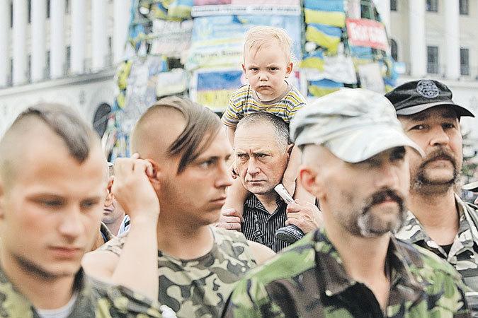 Эти снимки сделаны в один день, 1 июня, в День защиты детей. Первый - на майдане в Киеве.