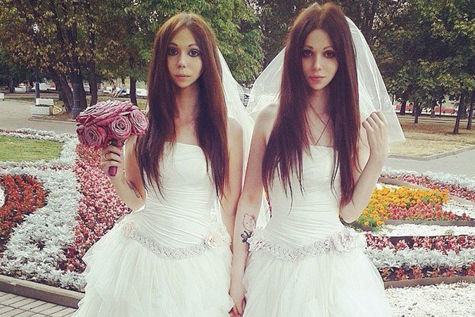 Пока же мы не смогли определить на фото, кто из девушек - Дмитрий. А у вас получилось?