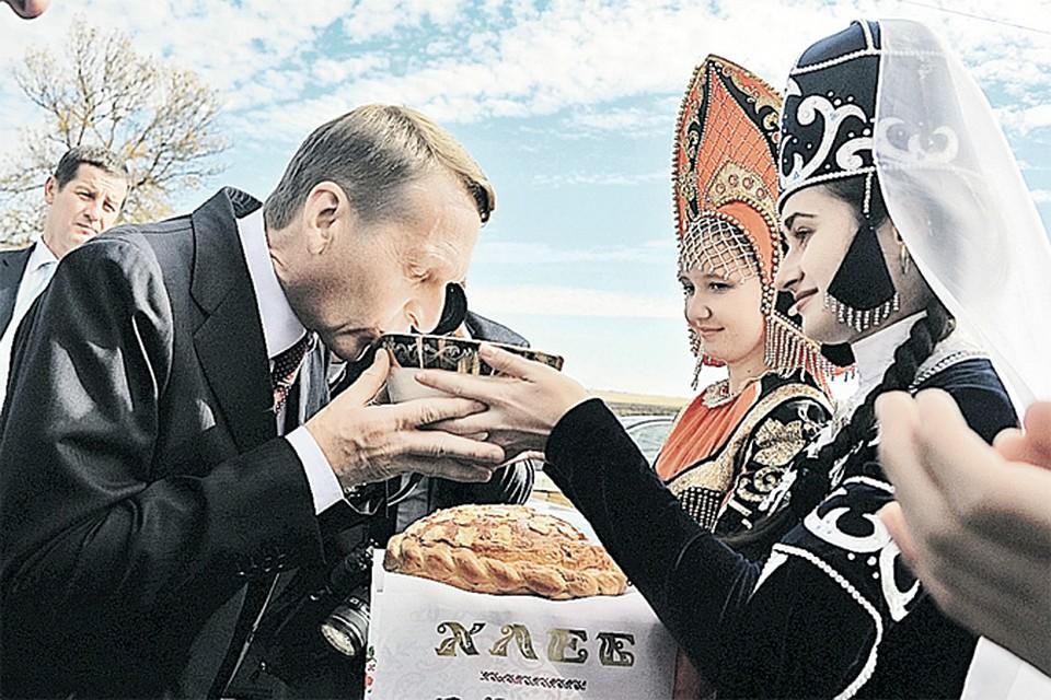 Спикер Госдумы работает не только в стенах парламента. Ему приходится бывать в самых разных уголках страны. Например, на прошлой неделе Сергей Нарышкин летал в Черкесск, где его встретили не только хлебом-солью, но и традиционным молочным напитком горцев - айраном.