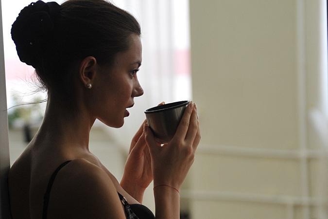 И не удивляйтесь - этот самый утренний напиток на голодный желудок очень раздражает слизистую, благодаря кофеину
