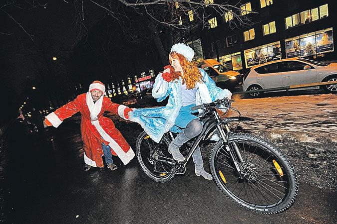 В бесснежную зиму Дед Мороз и Снегурочка пересели с санок на велосипед…