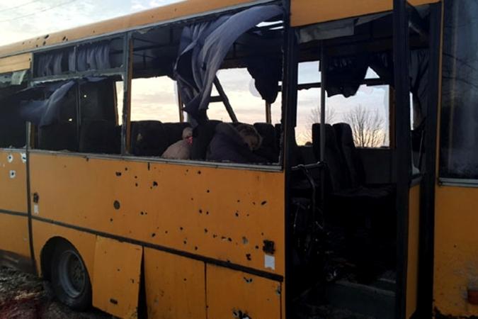 Во вторник днем под обстрел неподалеку от города Волноваха попал пассажирский автобус