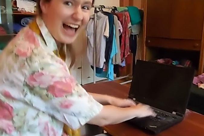 девушка скучает по скайпу