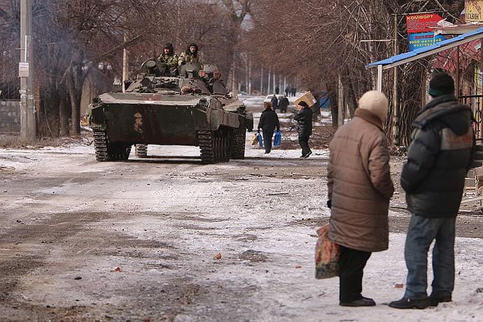Жители Дебальцево встречают бронетехнику ополченцев ДНР.