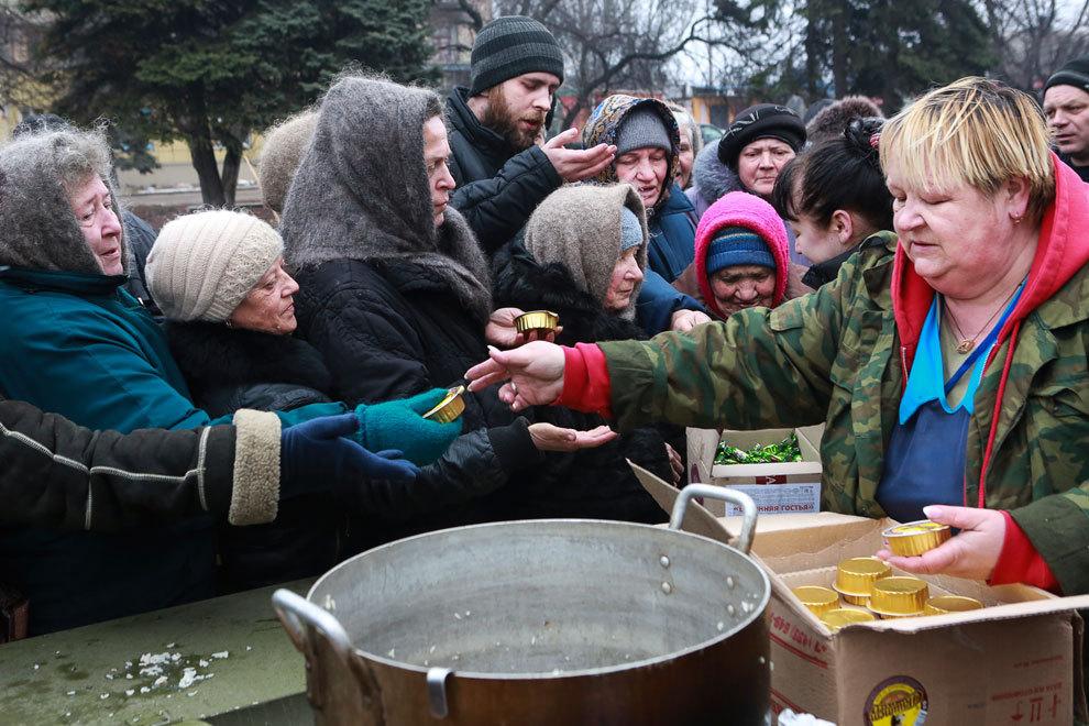 Жители Дебальцево стоят в очереди за бесплатной едой. Фото: Нигина БЕРОЕВА