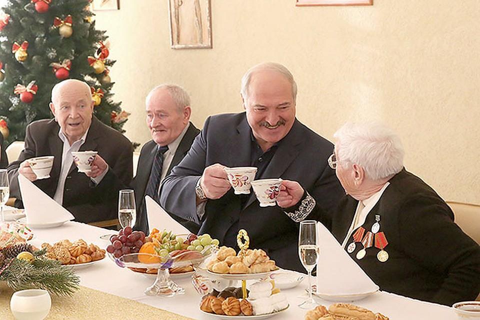 Президент выпил чай вместе с жителями дома-интерната. Фото: http://president.gov.by/