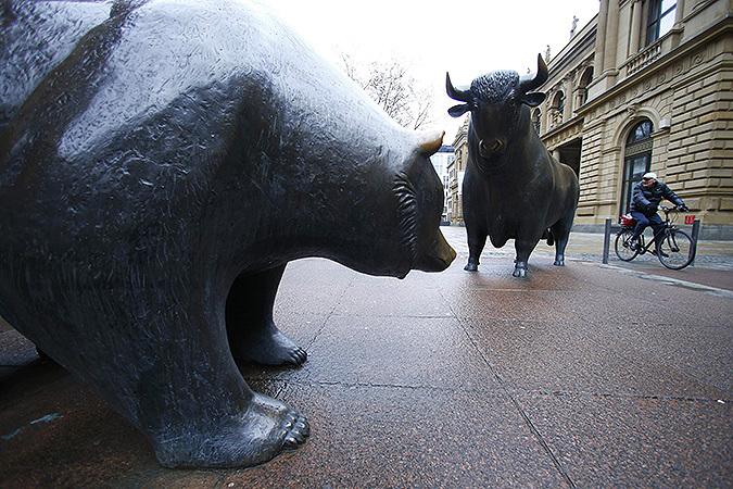 """Увековеченная в бронзе битва """"быков"""" и """"медведей"""" напротив здания крупнейшей европейской биржи в немецком Франкфурте."""