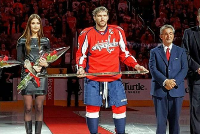Владелец хоккейного клуба Washington Capitals Тед Леонсис вручил Александру Овечкину золотую клюшку