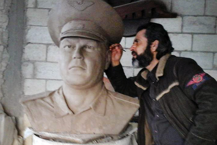 Сирийский скульптор создал бюст погибшего летчика Пешкова