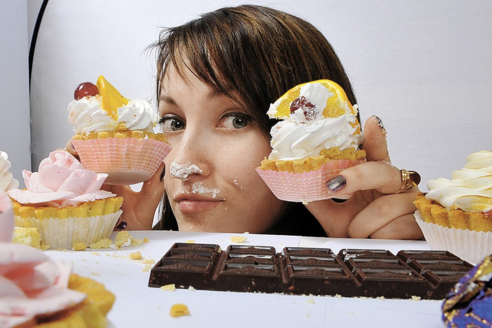 Кризис - повод отказаться от вредной привычки объедаться сладким. И сэкономить не только на пироженках, но и на стоматологе.