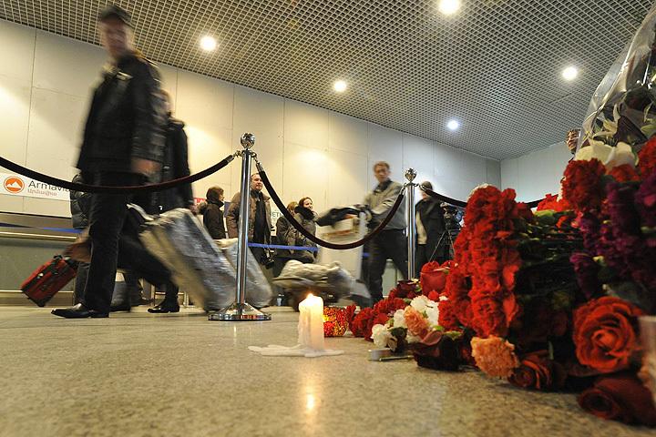 Январь 2011 года. Цветы и свечи на месте взрыва в аэропорту Домодедово, совершенного террористом-смертником в зале прилета.