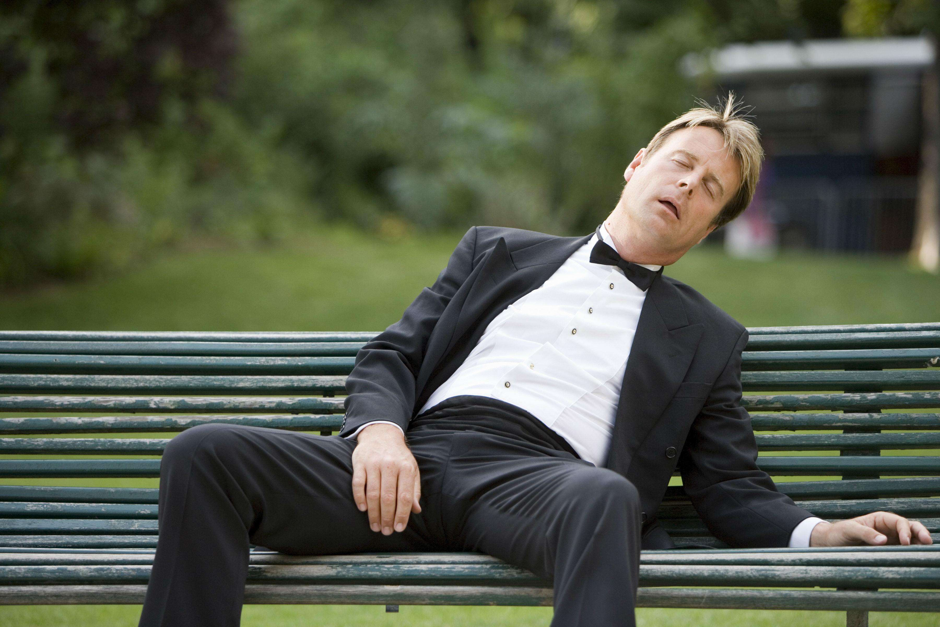 Некоторые эксперты предлагают бороться с сонливостью посреди рабочего дня более гуманным способом. А именно - немного поспать.