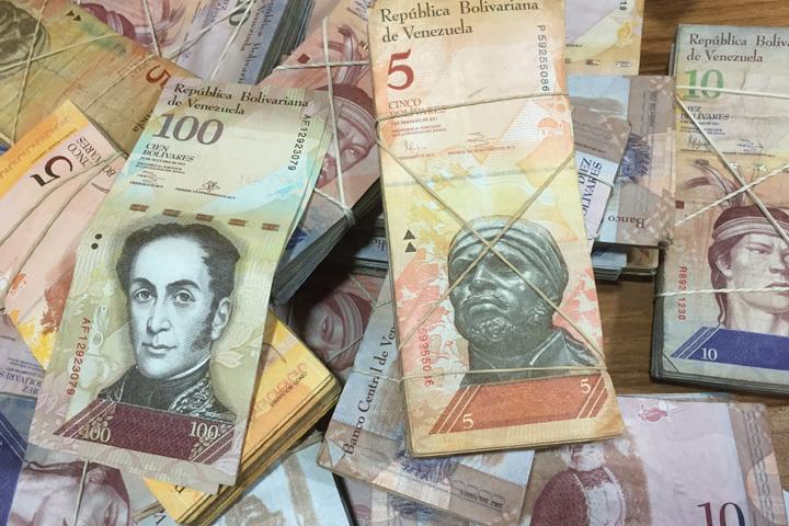 Первый курс  зафиксирован на отметке 10 венесуэльских боливаров за 1 доллар США, а второй является плавающим