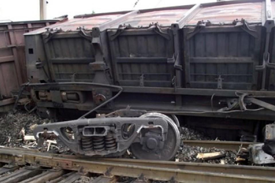 Два вагона грузового поезда сошли с рельсов в Москве рядом с Каширским проездом