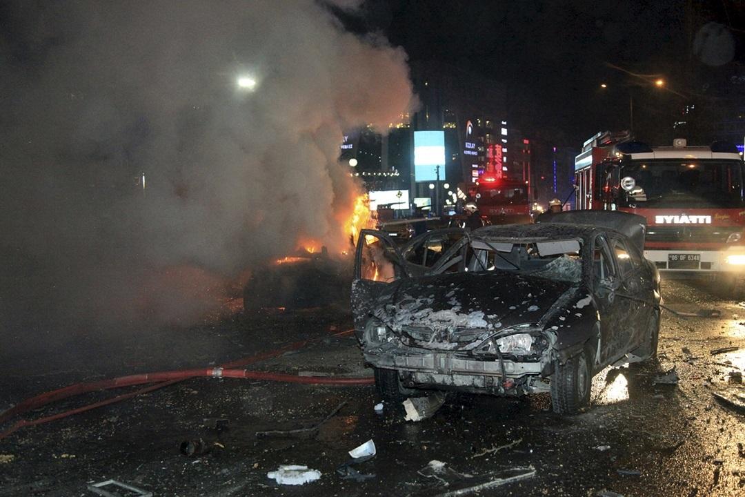 После взрыва в центре Анкары начался пожар