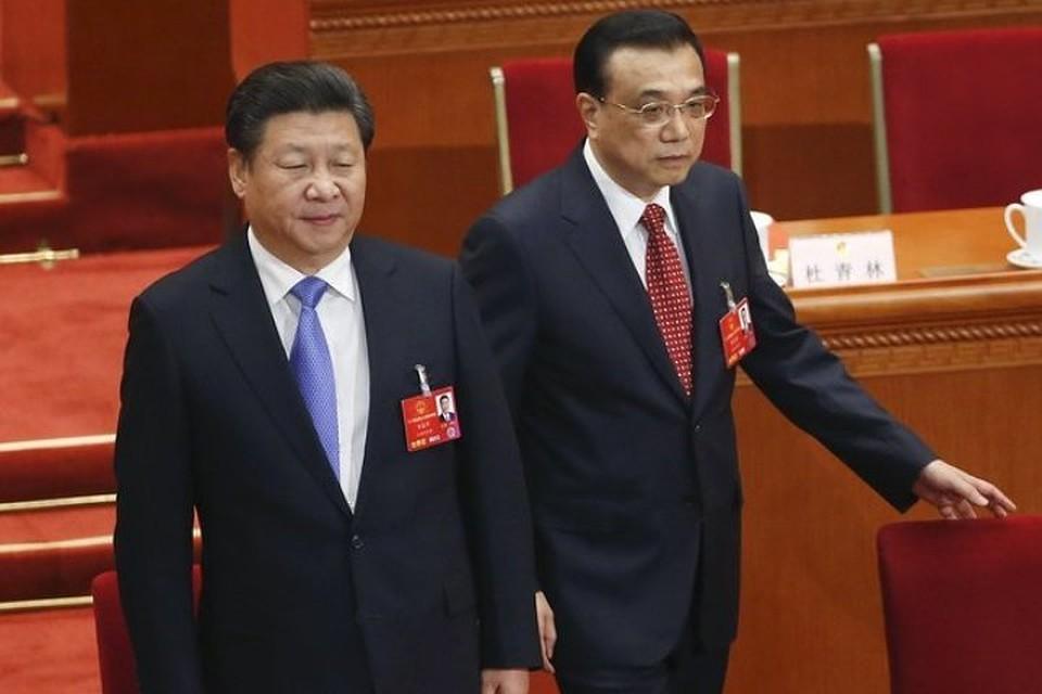 Лидер Китая Си Цзиньпин (слева) и премьер Госсовета КНР Ли Кэцян на закрытии Всекитайского собрания народных представителей