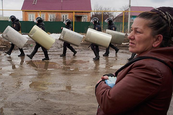 В поселке Плеханово Тульской области, цыгане закидали камнями и бутылками здание местной администрации