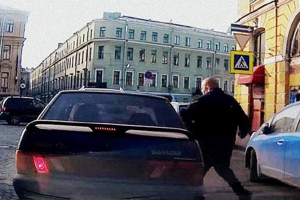 Бритоголовый пешеход кулаком выбил стекло машины, не пропустившей его на зебре