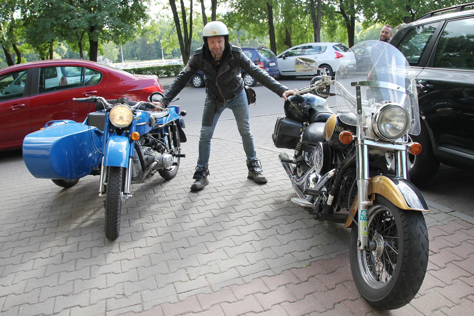 Рок-музыкант Дядя Ваня, обладатель «харлея» (мотоцикл справа), с удовольствием прокатился на советском «Урале». Фото: Юлия ПОЛЕЩУК