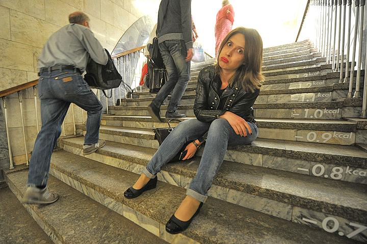 Появившаяся в столичном метро фитнес-лестница поможет москвичам сжечь сытные обеды и булочки.