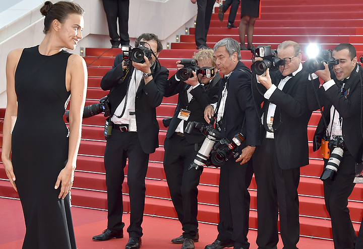 Ирина Шейк на Красной дорожке Каннского кинофестиваля 2016.