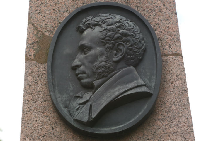Чего было бы у Пушкина в наши дни больще: денег или долгов?