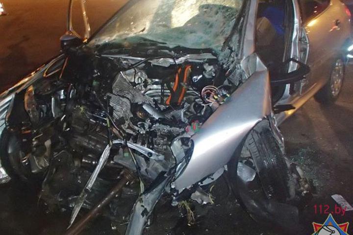 Тело молодого человека пришлось деблокировать при помощи аварийно-спасательного инструмента. Фото: 112.by